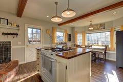 Niedawno odnawiąca kuchnia szczyci się drewnianych promienie na suficie Obraz Royalty Free