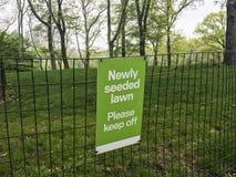 Niedawno oziarniony gazon, zadawala utrzymanie z znaka przy centrala parkiem, nowy York, USA zdjęcia royalty free