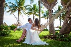Niedawno para małżeńska po poślubiać w luksusowym kurorcie Romantyczny państwo młodzi Zdjęcie Royalty Free