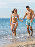 Niedawno para małżeńska przy plażą Zdjęcie Royalty Free