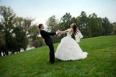Niedawno para małżeńska taniec w polu Zdjęcia Stock