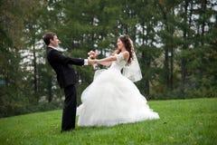 Niedawno para małżeńska taniec w polu Zdjęcia Royalty Free