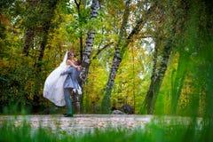 Niedawno para małżeńska taniec w polu. Obrazy Stock