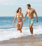 Niedawno para małżeńska przy plażą Zdjęcia Royalty Free