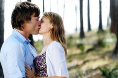 Niedawno poślubia całowanie w lesie fotografia royalty free