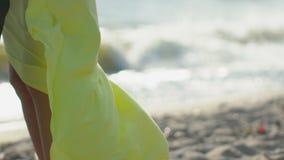 Niedawno poślubia kochanek pary mienia ręki wpólnie cieszy się podróż urlopowych szczęśliwych wakacje Plażowy mężczyzny i kobiety zbiory wideo