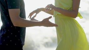 Niedawno poślubia kochanek pary mienia ręki wpólnie cieszy się podróż urlopowych szczęśliwych wakacje Plażowy mężczyzny i kobiety zbiory