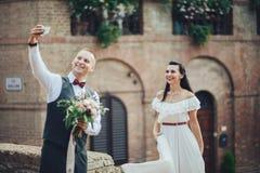 Niedawno poślubiająca para robi selfie po ceremonii Obraz Stock