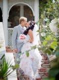 Niedawno poślubiająca para w parku Zdjęcie Stock