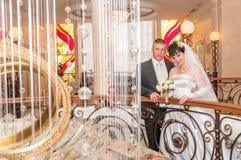 Niedawno poślubia pary po ceremonii Fotografia Stock