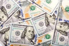 Niedawno wybijający monety 100 rachunków tło obrazy royalty free