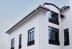 Niedawno zainstalowanego budowa ramowego domu deszczu rynnowy system na dachowym wierzchołku fotografia stock