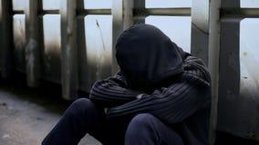 Niedergedrückte glaubende Hoffnungslosigkeit des Jugendlichjungen, falsche Entscheidungen bedauernd, Sorge stockfotos