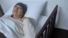 Niedergedrückter leidender Krebs des weiblichen Patienten, der im Krankenbett, unheilbare Krankheit liegt stock video