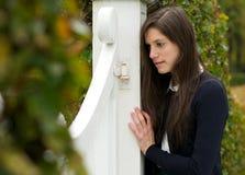Niedergedrücktes und einsames stehendes allein der jungen Frau draußen Lizenzfreies Stockbild