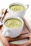 Niedergeschlagene Suppe der grünen Erbse mit Croutons Stockfotografie