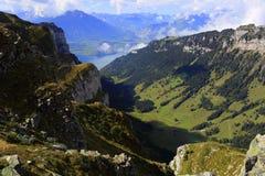 Niederhorn und See Thun lizenzfreie stockbilder