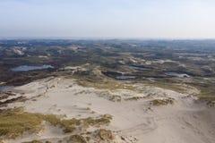Niederländische Dünen mit Meer in der Rückseite an einem sonnigen aber nebelhaften Tag stockfotos
