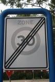 Niederländisch Verkehrszeichen, die anzeigt, dass die Zone, in der Höchstgeschwindigkeit ist, 30 Kilometer beendet worden sind stockbilder