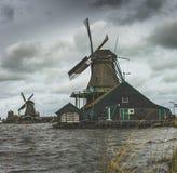 Niederländische alte Windmühle Stockfoto