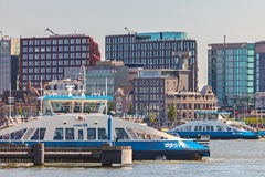 Niederländische Fähren, die den IJ-Fluss in Amsterdam während der Hauptverkehrszeit führen Lizenzfreies Stockfoto