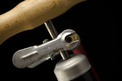 Niederländische Fahrradpumpe auf schwarzem Hintergrund Lizenzfreie Stockfotografie