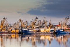 Niederländische Fischereiflotte während des majestätischen Sonnenuntergangs Lizenzfreie Stockfotografie
