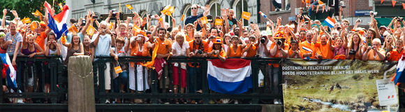 Niederländische Fußballfans, die verrückt gehen Lizenzfreie Stockbilder