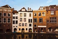 Niederländische Häuser durch Kanal Stockfotos