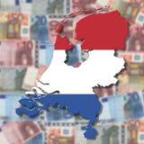 Niederländische Kartenmarkierungsfahne auf unscharfem Euro Lizenzfreie Stockfotografie