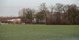 Niederländische ländliche Winterlandschaft mit altem Haus Stockfoto