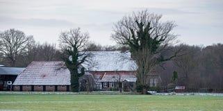 Niederländische ländliche Winterlandschaft mit Gutshaus Stockbilder