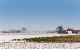 Niederländische ländliche Winterlandschaft mit schneebedeckten Feldern Lizenzfreies Stockfoto