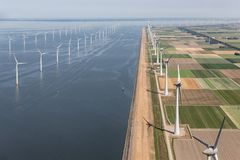 Niederländische Landschaft der Vogelperspektive mit Offshorewindkraftanlagen entlang Küste Stockfotos