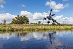 Niederländische Landschaft mit Kanal und Landwirtschaftswindmühle Lizenzfreies Stockbild