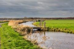 Niederländische Landschaft mit Wasser und Brücken Lizenzfreie Stockfotografie