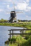 Niederländische Landschaft mit Windmühle Stockfotografie