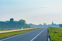 Niederländische Landschaft mit Windmühle und Straße Stockfoto