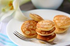 Niederländische Minipfannkuchen nannten poffertjes Stockfotos