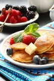 Niederländische Minipfannkuchen nannten poffertjes mit Beeren Stockfotos