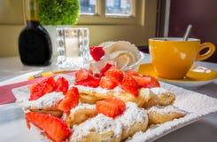 Niederländische Minipfannkuchen Poffertjes mit Erdbeeren lizenzfreie stockfotos