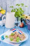 Niederländische Pfannkuchen mit Schinken für helle Farben des Frühstücks, blauer Hintergrund Geschmackvoll und kalorisch Glas des stockfotografie