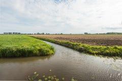 Niederländische Polderlandschaft geteilt durch das Wasser Lizenzfreie Stockbilder