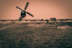 Niederländische Polderlandschaft mit traditioneller Windmühle stockfotografie