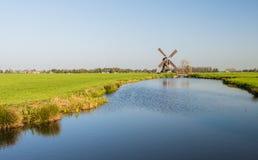 Niederländische Polderlandschaft mit Windmühle lizenzfreie stockfotos