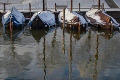 Niederländische traditionelle Boote im malerischen Hafen Stockfotos