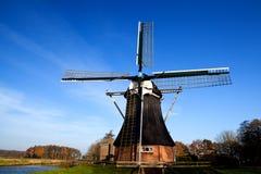 Niederländische Windmühle über blauem Himmel Stockbilder