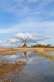 Niederländische Windmühle über blauem Himmel und Fluss Stockfotos