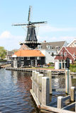 Niederländische Windmühle De Adriaan entlang Spaarne, Haarlem Lizenzfreie Stockfotografie