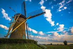 Niederländische Windmühle in der Landschaft lizenzfreie stockfotografie